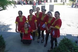 Невероятните танцьорки, на местната група за народни танци
